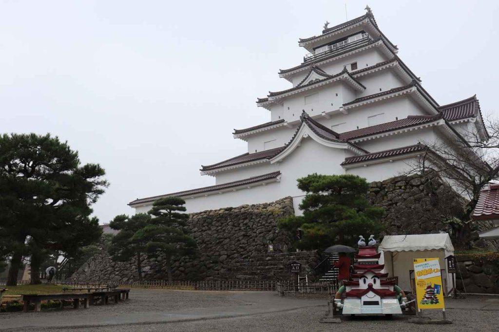 雨の会津若松城